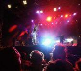 Concert învăluit în picături de ploaie