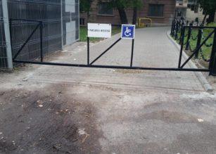 Handicapul birocrației universitare a rămas fără rampă