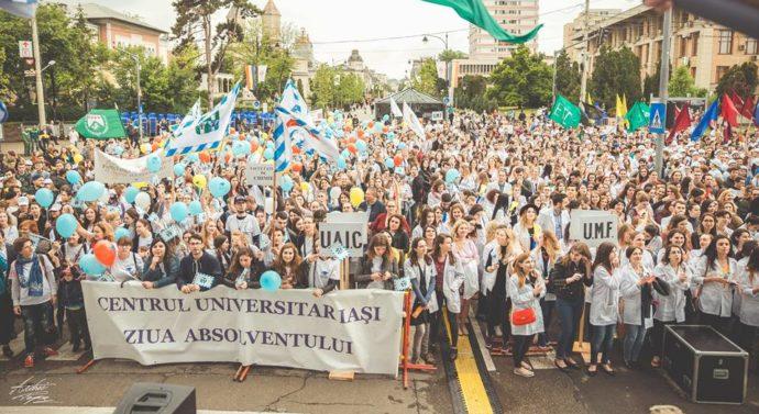 """Studenții au defilat pe străzile din Iași la """"Marșul absolvenților"""""""