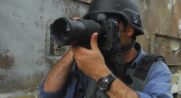 Camera şi laptopul, singurele arme ale jurnaliştilor de război
